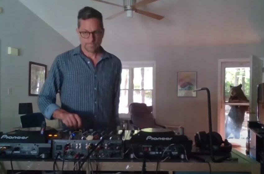 Crni medved mu došao na vrata od kuće dok je vrteo DJ set uživo!
