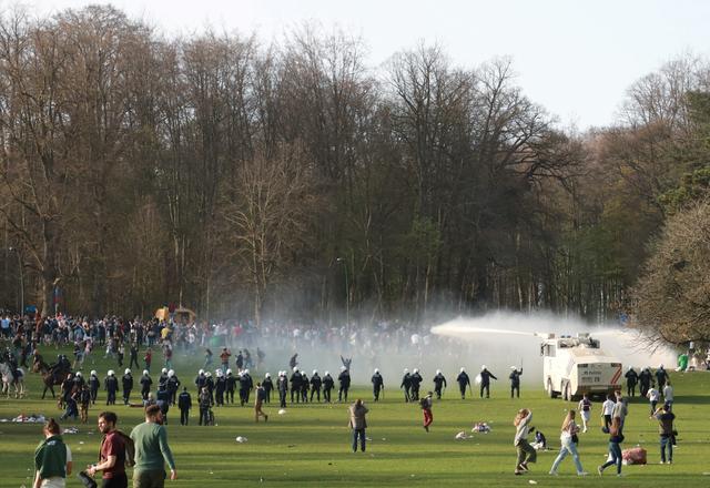 Prvoaprilska šala u Briselu – policija rasterala 15 hiljada klabera željnih rejva!